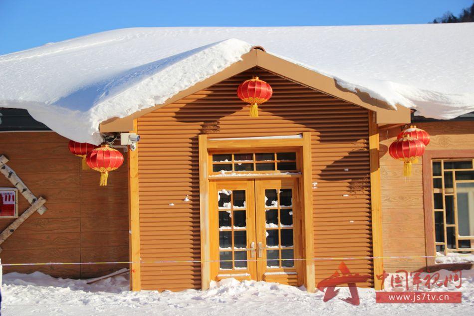 茫茫白雪覆盖在木质屋顶,仿佛是童话世界一般