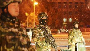 驻疆部队风雪中在街道执勤巡逻