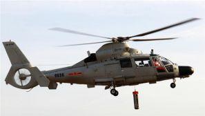 中国海军舰载直升机与潜艇进行联合训练