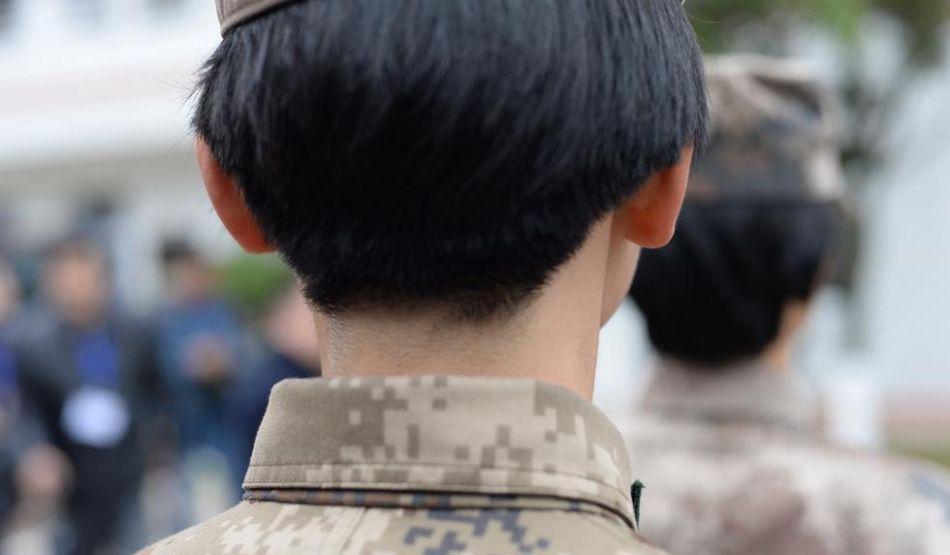 每个女兵都剪去长发,留着酷酷的短发.