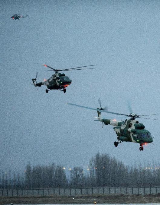 米17直升机编队起飞.