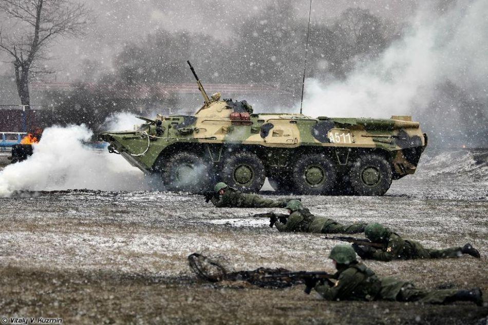 俄军特种部队演习动用战斗机器人