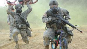 驻韩美军与韩军联合演练 一本正经骑儿童自行车