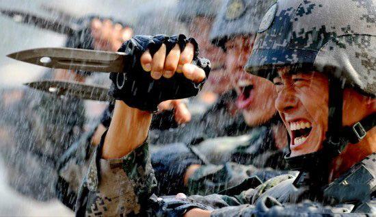 练兵是军人最大的文章,战场是军人真正的考场。让官兵从训练场走进战场,真枪实弹练本事、炮火连天练血性。威武之师还得威武,军人还得有血性。激活军人血性、培育四有军人的一组《铁血硬汉在军营》摄影专题展出,以飨读者。