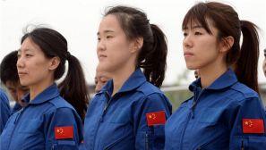 北京警航首批女飞行员秀首飞 曾赴美接受训练