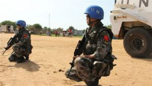 中国维和步兵营女兵在南苏丹街头持枪巡逻