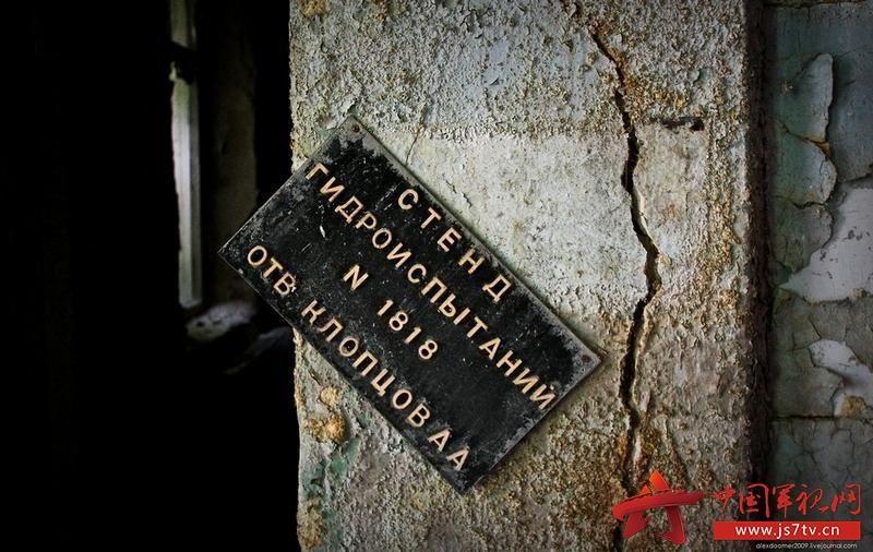 世界最大海底墓地:近300日军舰机葬于此据英国《每日邮报》报道,地处密克罗尼西亚群岛东南部的特鲁克泻湖拥有一处世界上最大的海底墓地。在这里,40多艘日本舰船、250架日本军机长眠在太平洋海底。它们都是在二战太平洋战争期间葬身与此。 二战期间,太平洋岛国密克罗尼西亚的特鲁克泻湖是日本海军的一个重要基地。1944年2月,盟军对此处发起冰雹行动,数十艘日军舰船被摧毁沉没,日军海上军事力量遭到重创。 70多年后的今天,这座深藏在海底深处的船舶墓地已经是潜水爱好者们的天堂,被称为幽灵舰队的那些二战舰船残