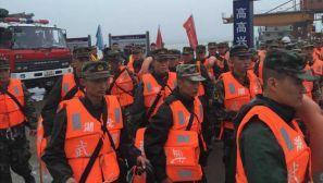 武警湖北总队出动大批人员赶赴现场 参与沉船抢险行动
