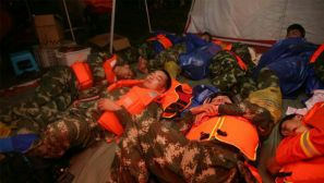 武警湖北总队官兵沉船救援现场连续奋战30小时