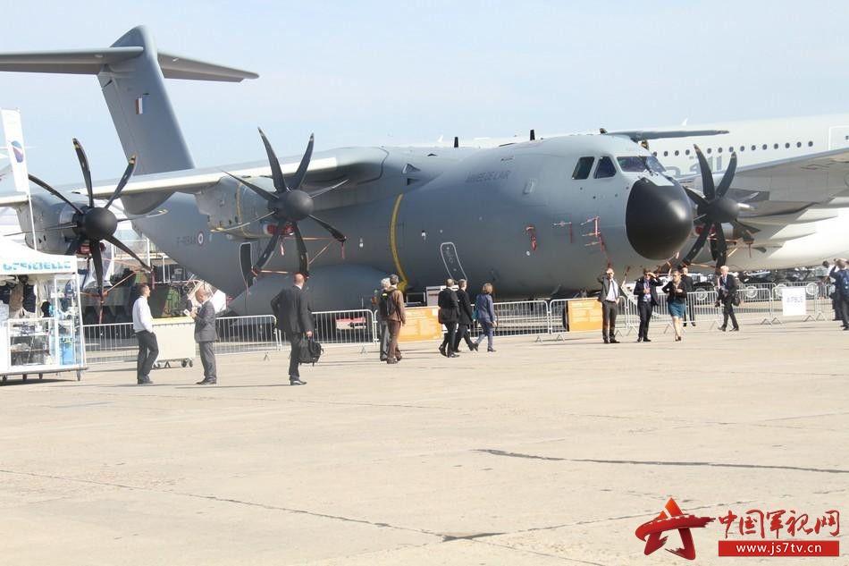 法国当地时间6月15日,第51届巴黎-布尔歇国际航空航天博览会隆重开幕,来自全球的顶尖航空航天企业汇聚一堂,展示最先进的军民用航空航天技术。   在室外运输机展区,有难得一见的新面孔乌克兰安东诺夫设计局的安-178运输机。该中型运输机于5月7日成功首飞,在首飞完成后,安东诺夫设计局在机库举行了隆重仪式,现场多家公司签署协议购买,其中有来自中国的客户。