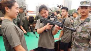 """组图:""""准新兵""""进军营 美女举枪瞄准练拆枪"""
