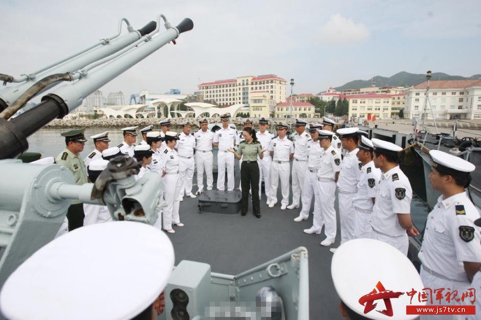 北海舰队文艺兵培训 女兵在军舰前起舞