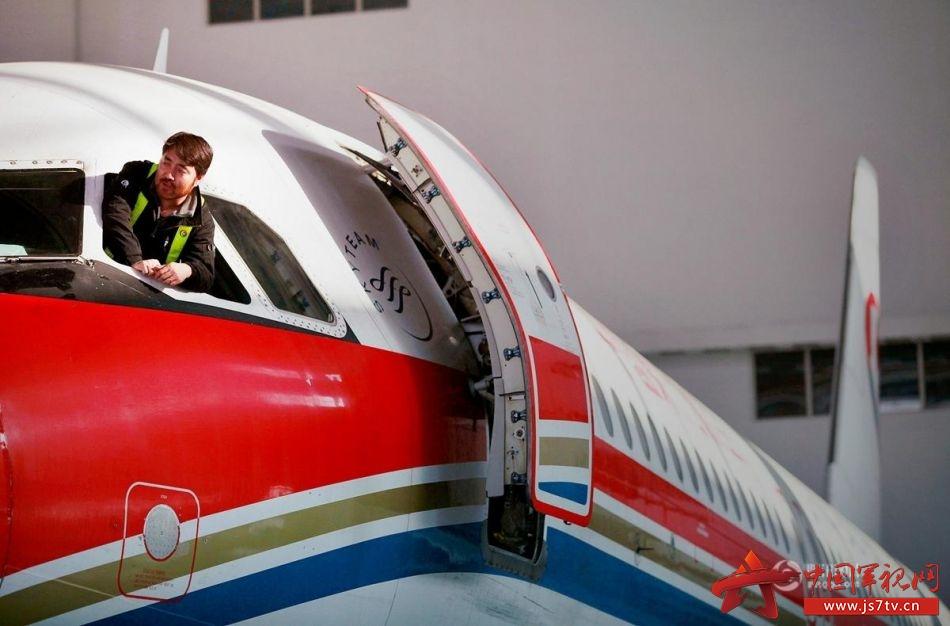 图片故事:修飞机的工厂