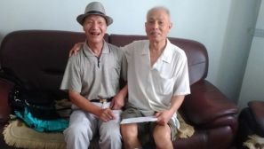 组图:七旬老战友失联48年后持书信相见