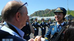 组图:外国记者采访解放军受阅女兵