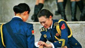 组图:阅兵训练仪仗队女兵衣服湿透