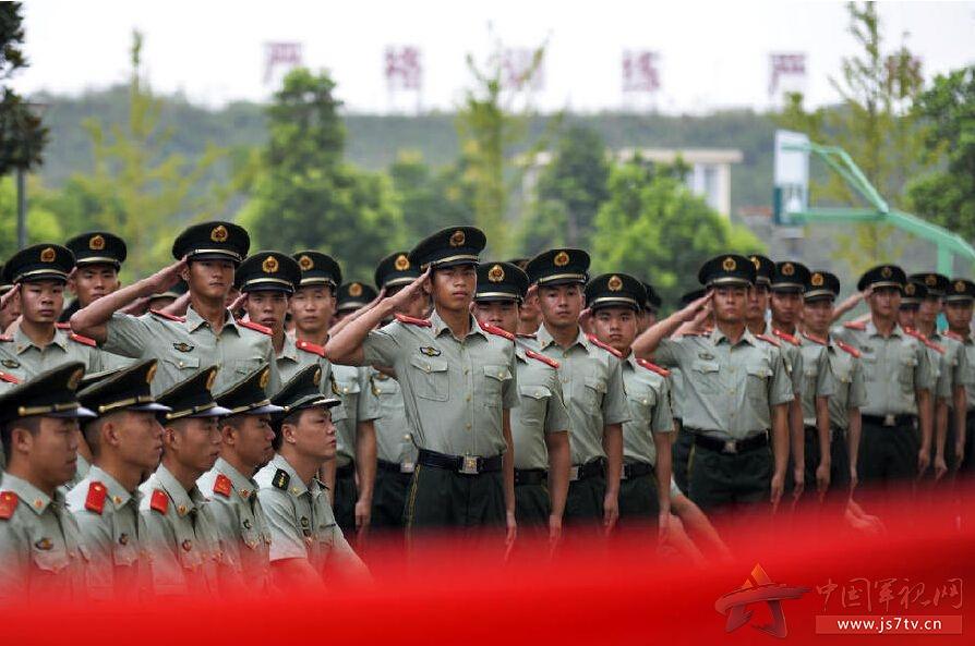 2015年9月4日,江苏省南京市,武警江苏总队第一支队举行2015年度老兵退伍仪式,退伍命令宣读完毕后,退伍士兵向军旗献上最后的军礼,卸下领花警衔泪别军旅。据悉,2015年中国人民解放军和武警部队首次实行2次士兵退役制度,即9月份完成2013年夏秋季入伍的义务兵选取和退役工作,12月份完成2012年冬季以前入伍的士官选取和退役工作。相对于往年,初级士官选取、义务兵退役时间提前,其他基本不变。