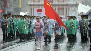组图:中国军乐团与仪仗队女兵雨中亮相莫斯科