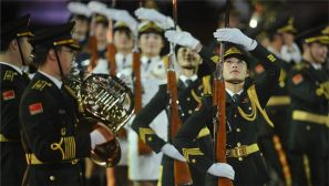 国际军乐节开幕 解放军军乐团及三军仪仗队女兵亮相