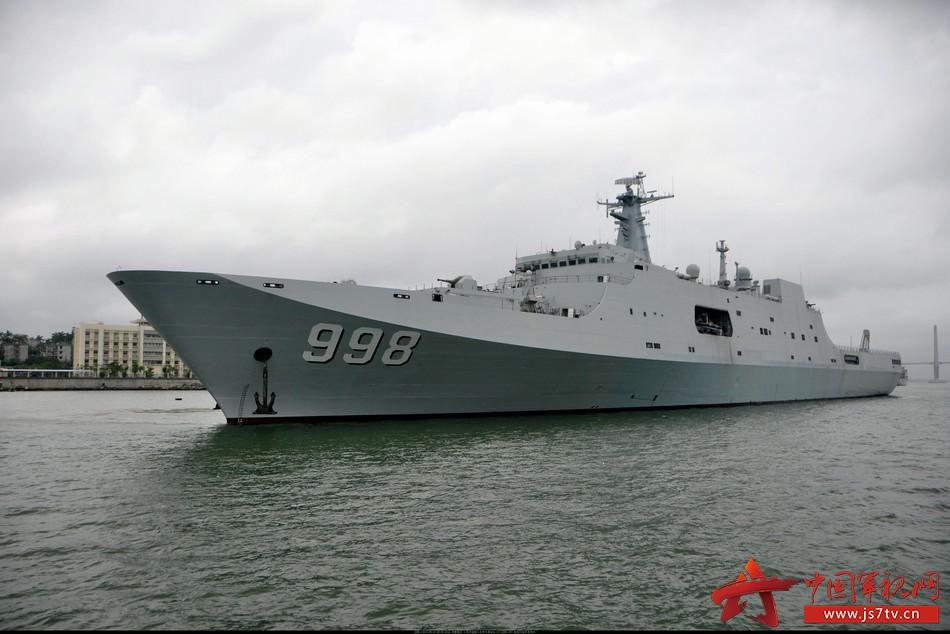 组图:解放军新服役半潜船体形巨大