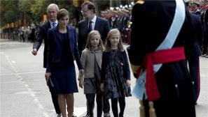 西班牙举行国庆日阅兵 国王一家出席