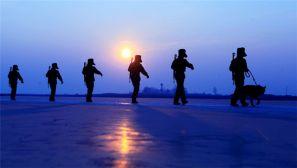 零下17摄氏度,边防官兵踏着冰封的江面去巡逻