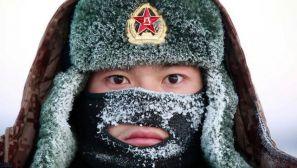 """""""黑河好八连""""哨兵-30℃冰堆站岗 满面冰霜"""