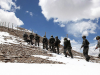 组图:云端的哨兵 头顶蓝天白云脚踏高原积雪