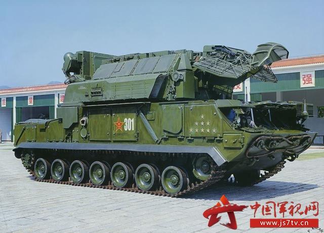 资料图:中国装备的俄制道尔-M1地空导弹系统 参考消息网11月28日报道 俄媒称,根据中国消息源的说法,对空防御的任务是防止集团军和后勤设施受到敌人的空天打击。它会在任何规模和形式的作战行动、军队调动和部署中组织起来。 据俄罗斯《独立军事评论》周报网站11月27日文章,防空兵包括侦察空中敌人、向被掩护部队发出预警的兵力和兵器、高射炮和防空导弹兵团、电子战部队。