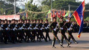 老挝举行庆祝建国40周年群众游行和阅兵式