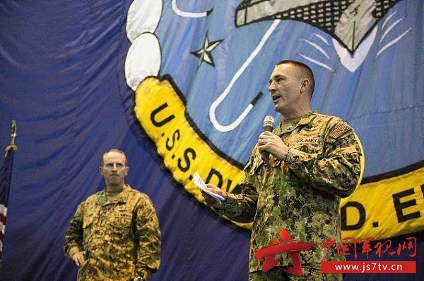 下面我们来梳理一下。美国海军总军士长能有如此高的地位,其原因在于:非常熟悉美国海军,有很深的专业功底,是一部活历史,也是美国海军传统的接力者;是美国海军作战部长的特别顾问,他的建议,作战部长会纳入考虑;代表士兵群体,不尊重士兵,那些菜鸟军官可以试一试;最后,能够混到这个级别的,都是狠角色,没有两把刷子是不行的。