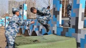"""新兵""""小鲜肉""""基础训练后备战空降训练场"""