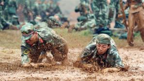 """泥潭爬战术训练 新兵个个变成""""小老虎"""""""