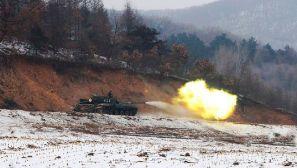 茫茫雪野 某装甲旅坦克分队进行战斗射击演练