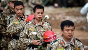深圳滑坡事故救援现场举行哀悼遇难者活动