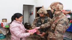 新兵参加冬季训练 证书亲自交给母亲