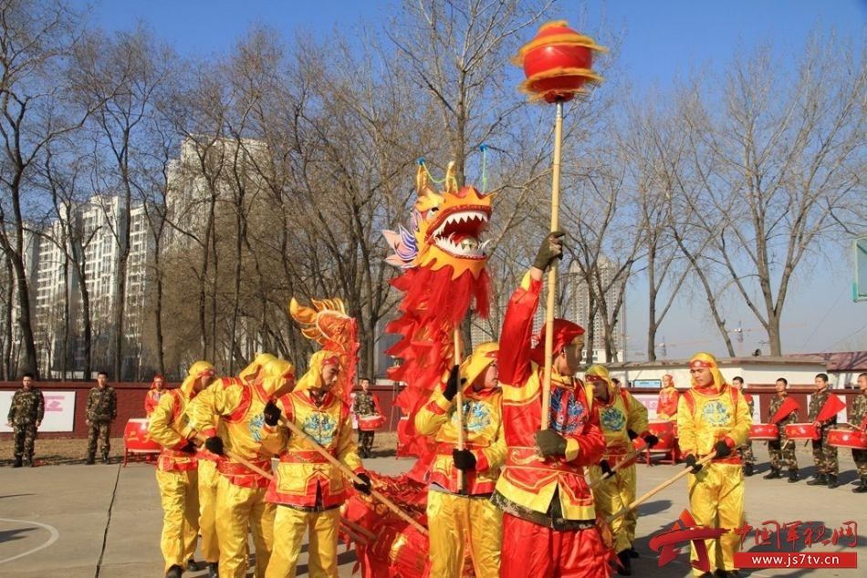 武警交通七支队官兵舞龙舞狮拜新年