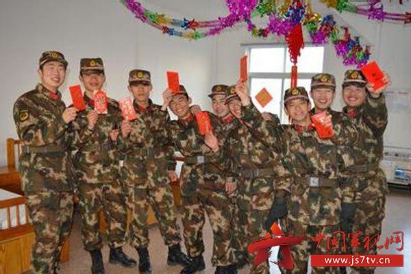武警8691部队春节把祝福语塞进红包更暖心