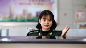 组图:驻守国门安全的边防女检查员