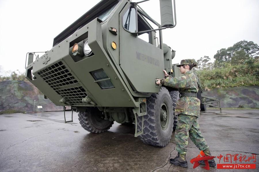 据台湾媒体报道,台军防空导弹指挥部目前唯一的女性爱国者导弹牵引车驾驶彭子玲上士在众多驾驶员中格外显眼。彭子玲不畏挑战,以熟练的驾驶技术,操控重达30吨的重型车辆,将牵引车与飞弹装置设备结合,用能力证明,女性官兵足以胜任许多吃力的角色。