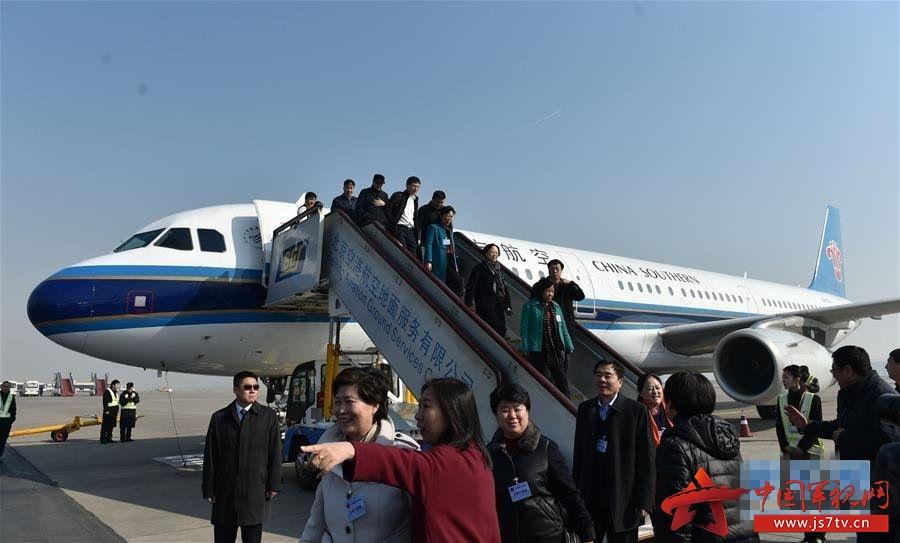 吉林代表团乘飞机抵达