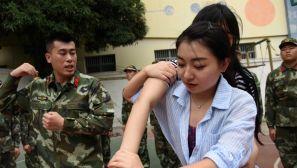 住连锁酒店都能遇袭!广西南宁女教师到警营学习防身术