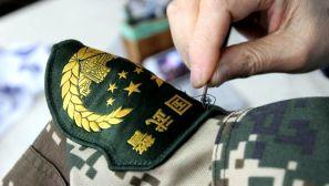 图说:边防部队新式臂章拆改工作