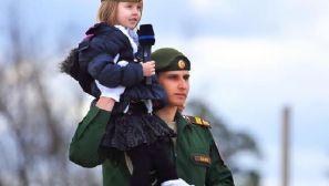 组图:小萝莉参观俄罗斯胜利日阅兵