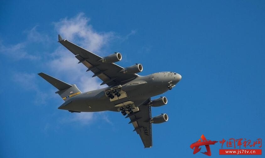 波音C-17环球霸王III(英语:Boeing C-17 Globemaster III,第一代环球霸王是C-74运输机,第二代环球霸王是C-124运输机)是上个世纪八十年代美国麦克唐纳道格拉斯公司(现波音)为美国空军研制生产的大型战略战术运输机。C-17的作战范围和功能涵盖了过去的C-5运输机和运输机所具备的一切,融合战略和战术空运能力于一身,是当今世界上唯一可以同时适应战略、战术任务的运输机。C-17适应于快速将部队部署到主要军事基地或者直接运送到前方基地的战略运输,必要时该飞机也可胜任战术运输和