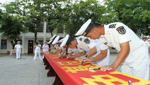 """海军某工程部队开展""""争当改革先锋""""签名宣誓活动"""