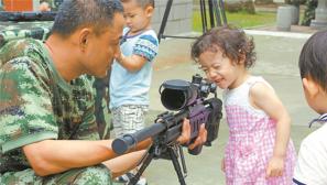 """我在警营等爸爸:""""抗洪爸爸""""我好崇拜你!"""