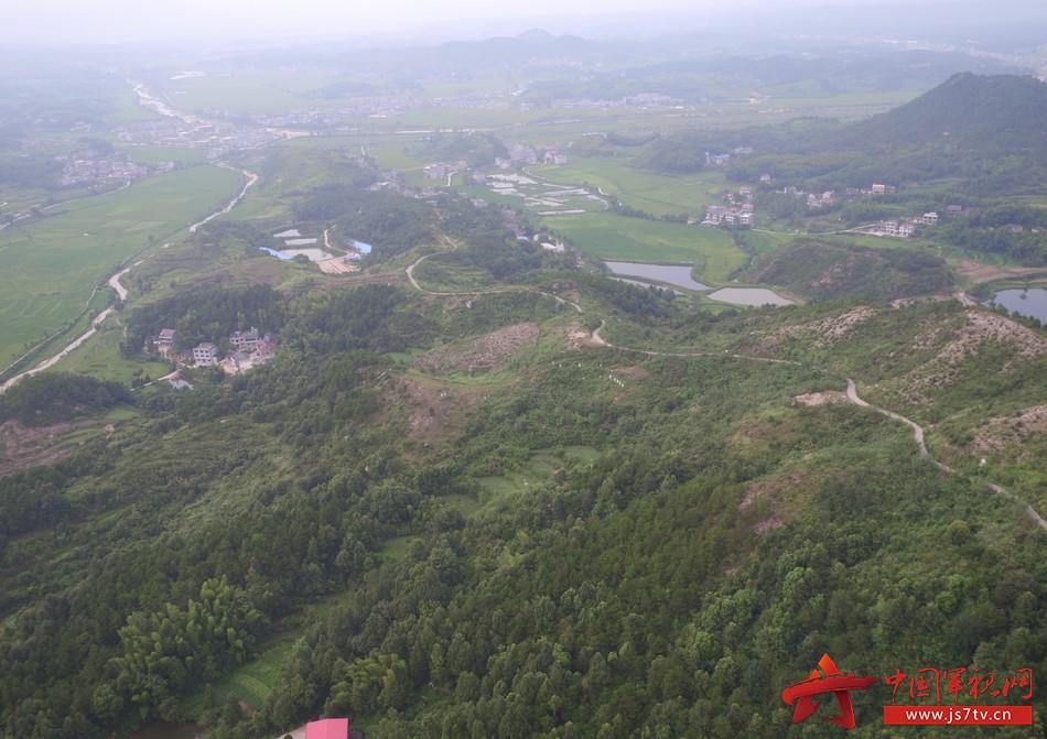 此次部队来到蕲春县青石镇是修建桐梓村至横岗山的红色旅游公路,大别