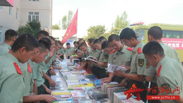书香气息扑面而来,随处可见官兵沉浸在读书的乐趣中图片