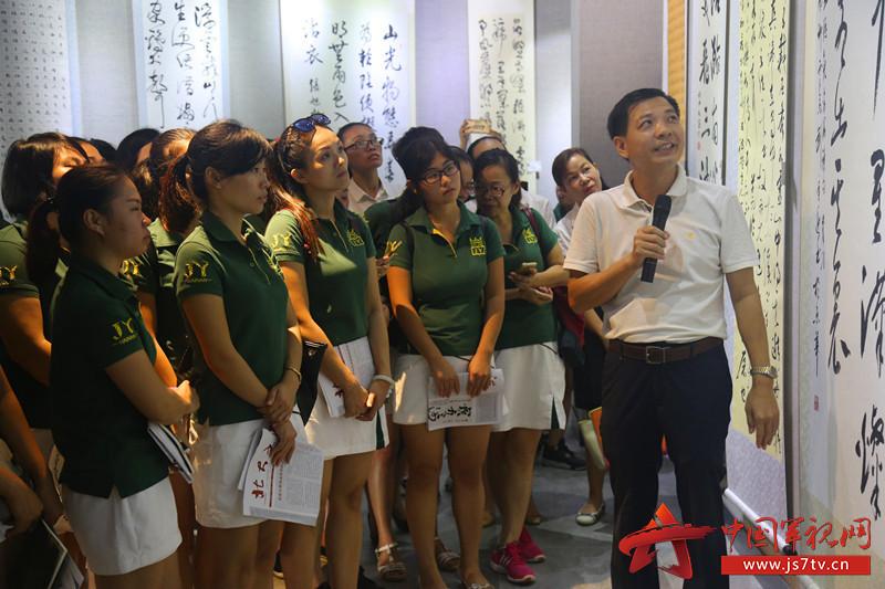 某省军区幼儿园老师们参观书画展